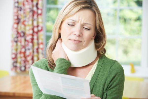 Unfallversicherung Frau mit Halskrause